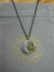"ノースワークス 10¢Brace Point Pendant ""PEACE"""